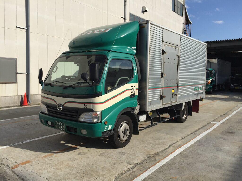栄興運の2トン箱車